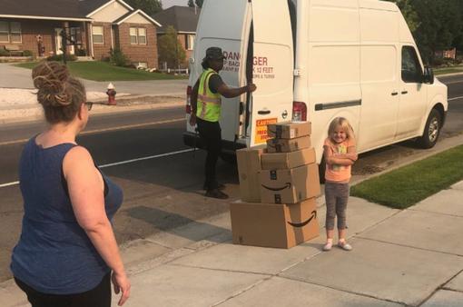 Bé gái 6 tuổi tự đặt mua đồ chơi trị giá 400 USD trên Amazon