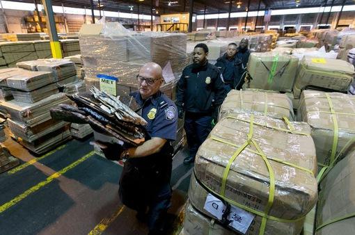 Mỹ: Triệt phá đường dây mua bán hàng giả khổng lồ