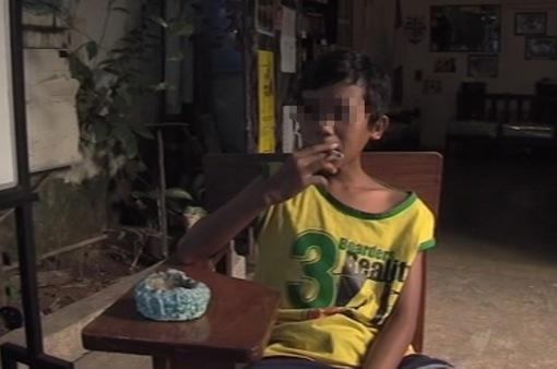 Trẻ nhỏ hút thuốc lá - Quốc nạn của Indonesia