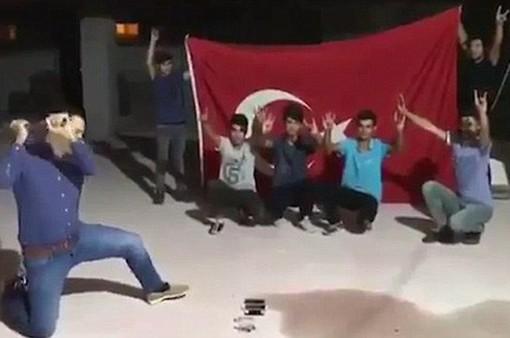 Người dân Thổ Nhĩ Kỳ đập iPhone phản đối lệnh trừng phạt của Mỹ