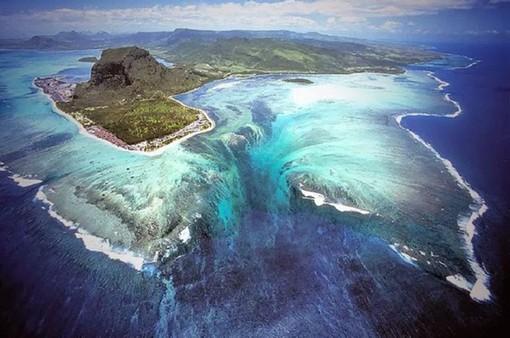 """Vẻ đẹp ma mị của thác nước dưới đáy biển """"đánh lừa"""" thị giác"""