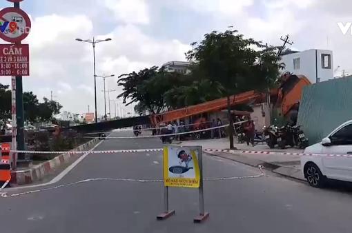 TP.HCM: Cần cẩu đổ sập chắn ngang đường Phạm Văn Đồng