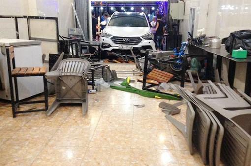 Ô tô lao vào quán nhậu làm nhiều người bị thương