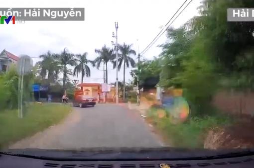 Vào cua bất cẩn, ô tô đâm thẳng xe đạp chở 3 người