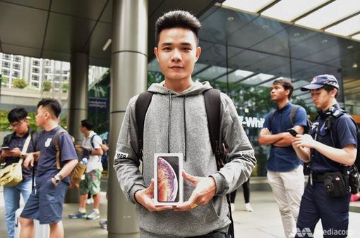 800 người xếp hàng mua iPhone Xs trong ngày mở bán đầu tiên ở Singapore