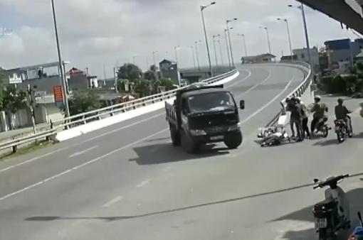 Xe tải đột ngột chuyển hướng gây tai nạn