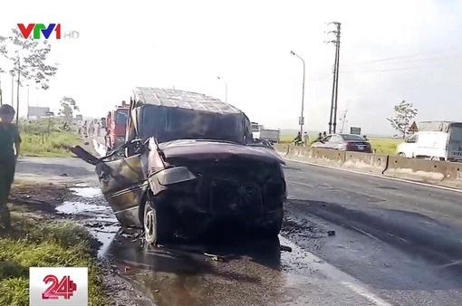 Hà Tĩnh: Ô tô 16 chỗ bốc cháy trên đường đi sửa chữa