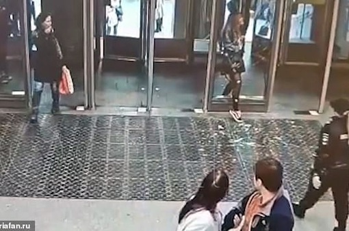 """Vừa đi vừa """"cắm mặt"""" vào điện thoại, cô gái đập vỡ cửa kính ga tàu điện ngầm"""
