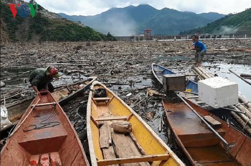 Hàng nghìn tấn rác dưới lòng hồ thủy điện Bản Vẽ