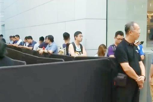 Người Trung Quốc vẫn xếp hàng mua iPhone bất chấp căng thẳng Mỹ - Trung