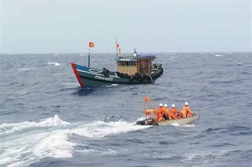 Nỗ lực tìm kiếm 6 thuyền viên mất tích trên vùng biển Cà Mau