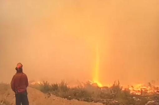 """Vòi rồng lửa cao 60 mét """"nuốt chửng"""" đường ống cứu hỏa"""
