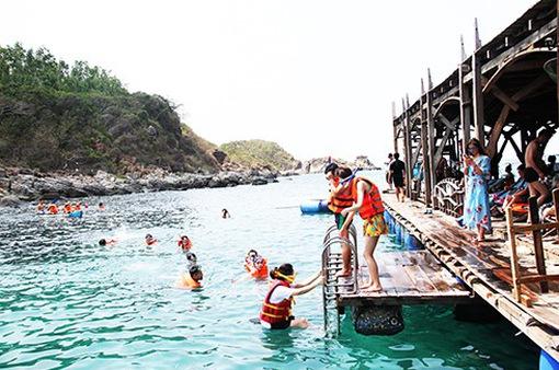 Dịch vụ lặn ở biển Tiên Sa vẫn triển khai dù chưa được cấp phép