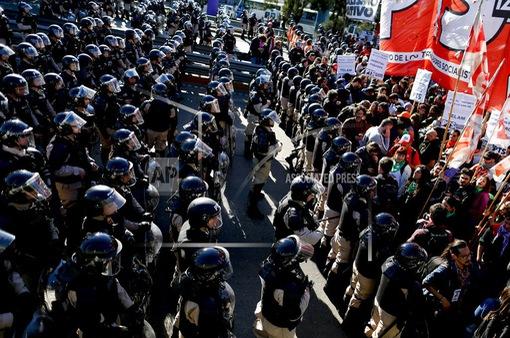 """Argentina tê liệt vì cuộc tổng đình công phản đối chính sách """"thắt lưng buộc bụng"""""""