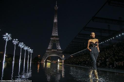 Độc đáo sàn diễn ngập nước dưới chân tháp Eiffel của Saint Laurent