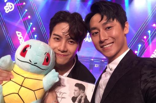 Rocker Nguyễn tặng quà 'độc', selfie thân thiết bên Jackson Wang (GOT7) sau 1 năm gặp lại
