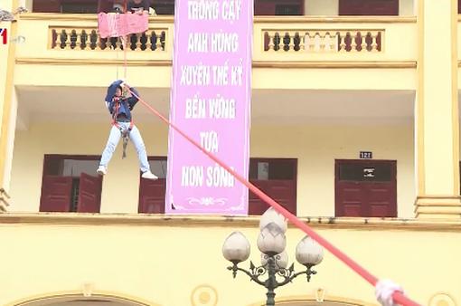 Học sinh Phú Thọ thực hành đu dây thoát hiểm đám cháy từ nhà cao tầng