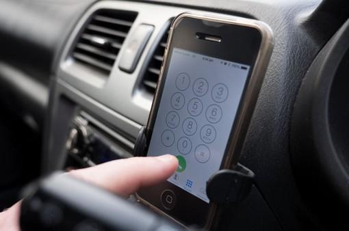 Cần cấm dùng điện thoại khi lái xe ô tô