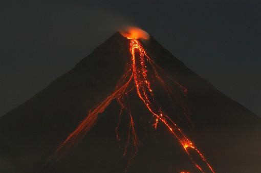 Philippines mở rộng lệnh sơ tán do lo ngại núi lửa Mayon phun trào