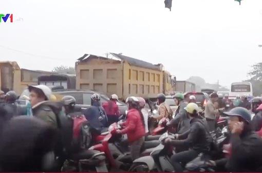 Ùn tắc giao thông trên Quốc lộ 70 qua Hà Nội