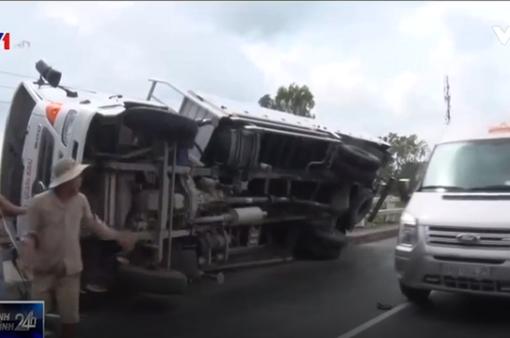 Xe tải lật ngang khi dỡ hàng, tài xế thiệt mạng