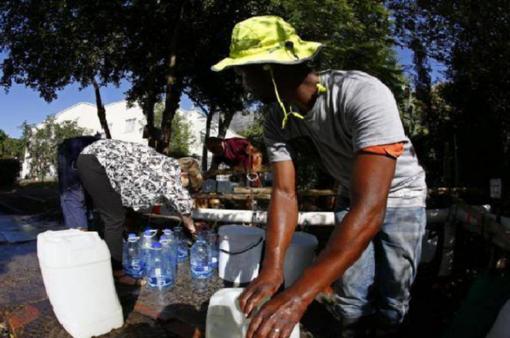 """Nam Phi giới hạn lượng nước tiêu thụ trước viễn cảnh """"Ngày không nước"""""""