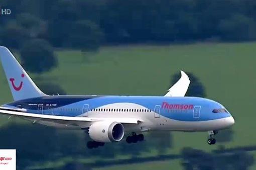 Hành khách phải ngồi trên sàn máy bay vì không có ghế