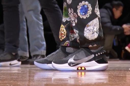 Nike trình làng mẫu giầy buộc dây bằng ứng dụng điện thoại