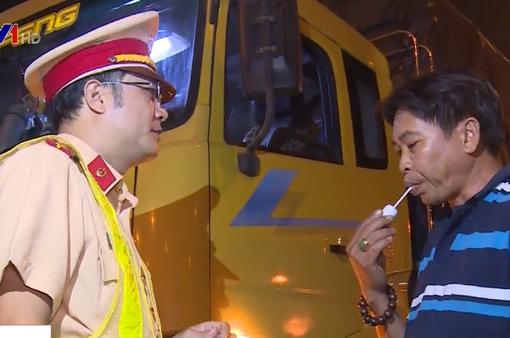 CSGT TP.HCM ra quân kiểm tra nồng độ cồn, ma túy tài xế trong đêm
