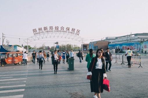 """""""Thủ phủ"""" iPhone tại Trung Quốc sa thải 50.000 công nhân"""