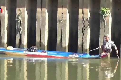 Đánh bắt cá trái phép bằng xung điện trên kênh Nhiêu Lộc - Thị Nghè