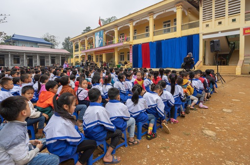 Sinh viên trường Báo mang hơi ấm thiện nguyện đến tỉnh Hòa Bình