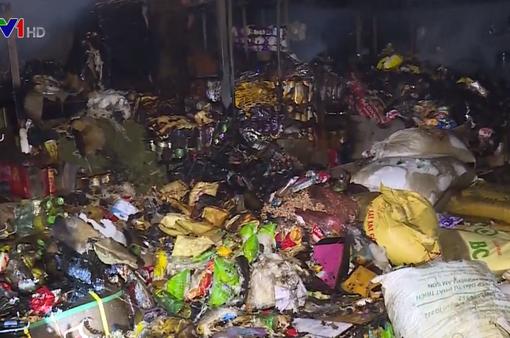 Cháy lớn tại chợ đầu mối Đông Hương (Thanh Hóa), hơn 10 ki-ốt bị thiêu rụi