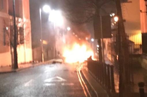 Anh: Một chiếc xe tại Bắc Ireland phát nổ nghi do bị cài bom