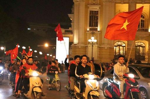 Người hâm mộ ở Hà Nội vỡ òa cảm xúc sau chiến thắng của Đội tuyển Việt Nam