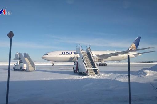 Cánh cửa máy bay bị đóng băng, hành khách mắc kẹt hơn 15 tiếng