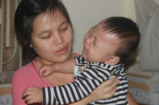 Tiếng khóc xé lòng của bé trai 15 tháng tuổi mắc bệnh u gan