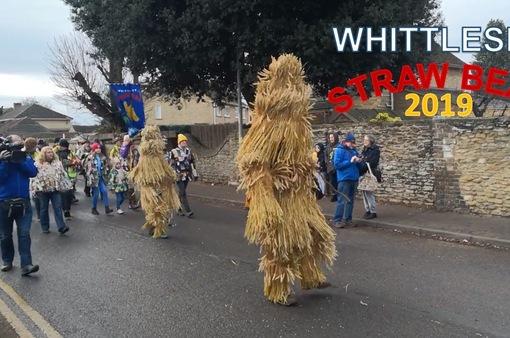 Người dân Anh xuống đường tham dự lễ hội Gấu rơm thường niên