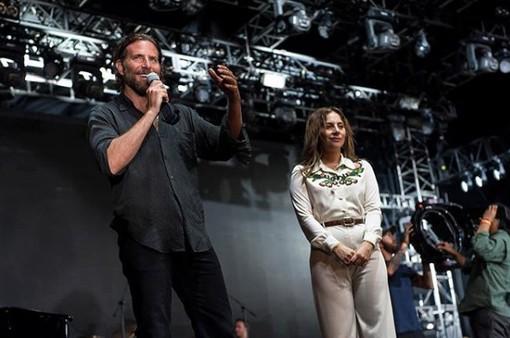 Lady Gaga tặng đề cử Oscar cho gia đình