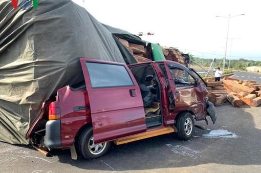 Bị container chở đầy gỗ đè lên, tài xế xe con thoát chết