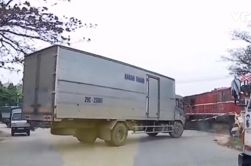 Định vượt qua rào chắn đường ngang, xe tải bị tàu hỏa đâm
