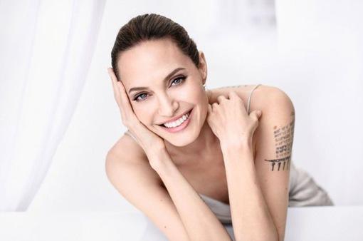 Angelina Jolie siêu quyến rũ trên Madame tháng 10