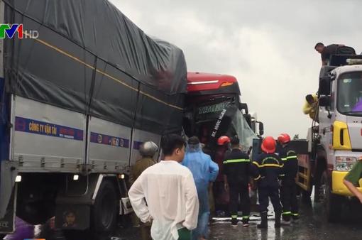 Xe tải đâm xe khách, 1 người chết, hàng chục người bị thương
