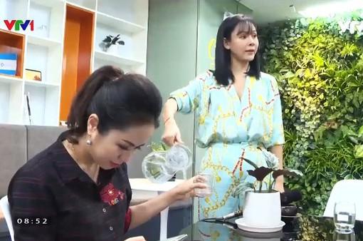 Diễm Hương diễn lại màn rót nước sôi lên tay BTV Kim Ngân