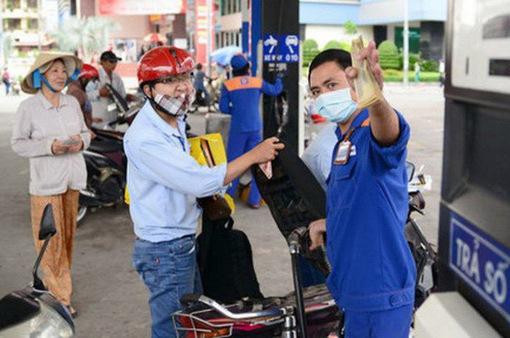 Giá xăng giảm nhẹ hơn 300 đồng/lít