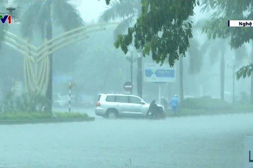Ngập do mưa lớn tại miền Trung, giao thông tê liệt