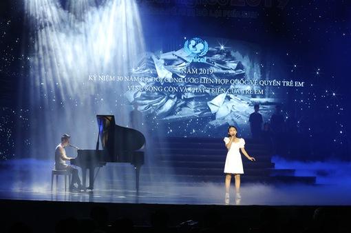 """Bất ngờ với giọng hát của thầy trò Dương Cầm - Bảo Hân trên sân khấu """"Cả nước chung tay vì người nghèo 2019"""""""
