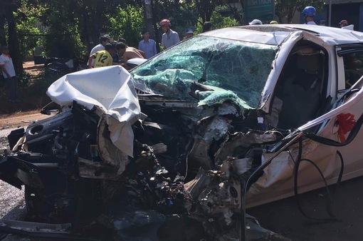 Bình Phước: Xe rước dâu đâm trực diện xe tải khiến hai người bị thương nặng 