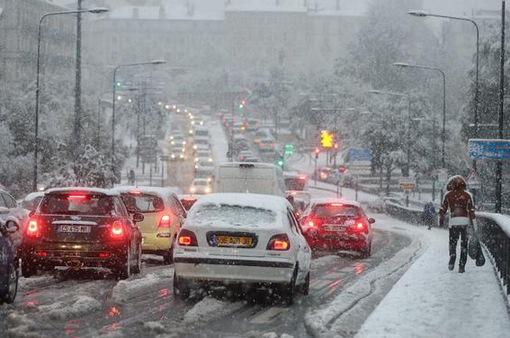 Tuyết rơi dày bất thường tại Pháp khiến 150.000 hộ gia đình mất điện