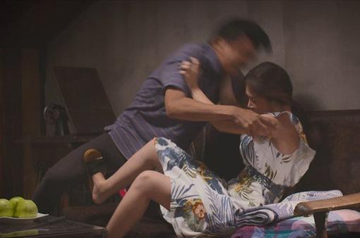 Tiệm ăn dì ghẻ: Vừa ở tù về, Minh (Quang Tuấn) giở trò cưỡng bức Ngọc (Dương Cẩm Lynh)